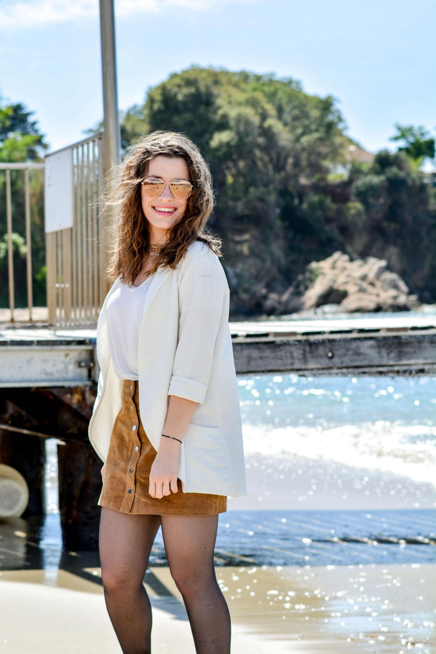 Du blanc et du camel sur la plage de Porticcio, en Corse (Top Brandy Melville - Jupe Pimkie - Boots Camaieu - Choker Claire's - Lunettes de soleil H&m)