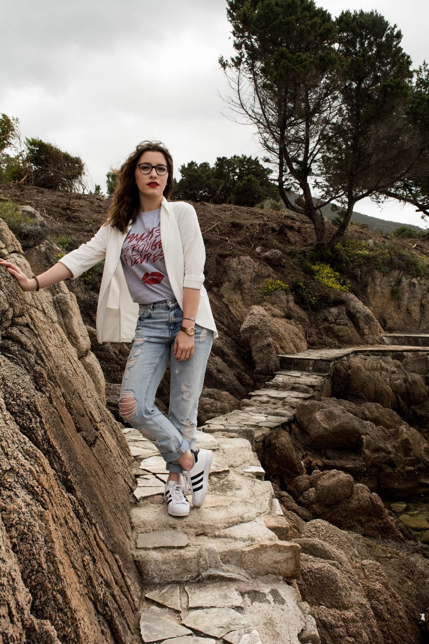 En Corse avec mon t-shirt Jamais sans rouges à lèvres de Faubourg 54, mes Superstrar Adidas Originals, mon jean girlfriend Pimkie et ma montre Fossil