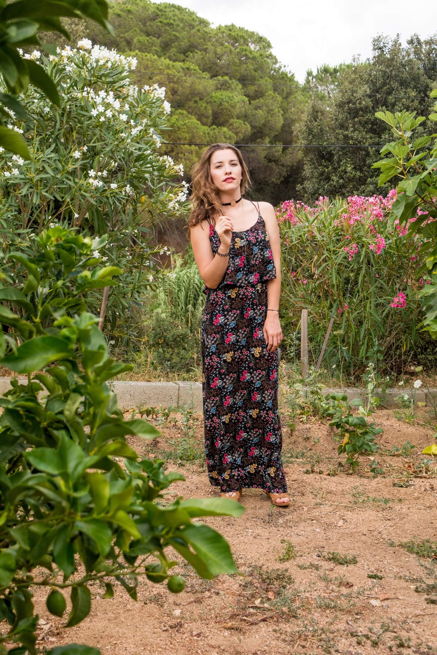 Robe longue à fleurs Pimkie, talons Bershka, collier Tally Weijl | happinesscoco.com