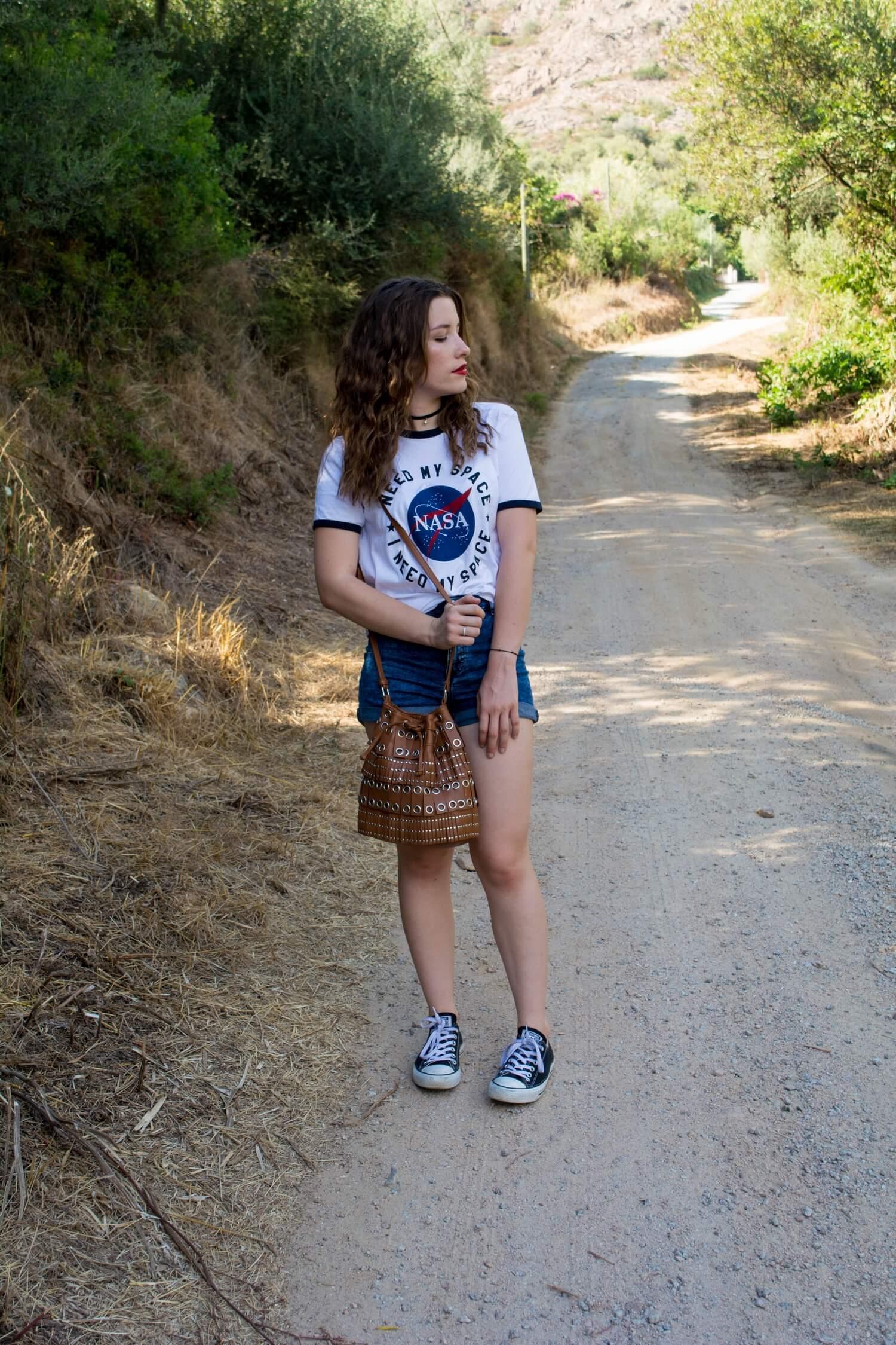 Dans le maquis Corse avec mon t-shirt Nasa Springfield, ma paire de Converse basse, mon short taille haute H&M et mon sac Mango | happinesscoco.com