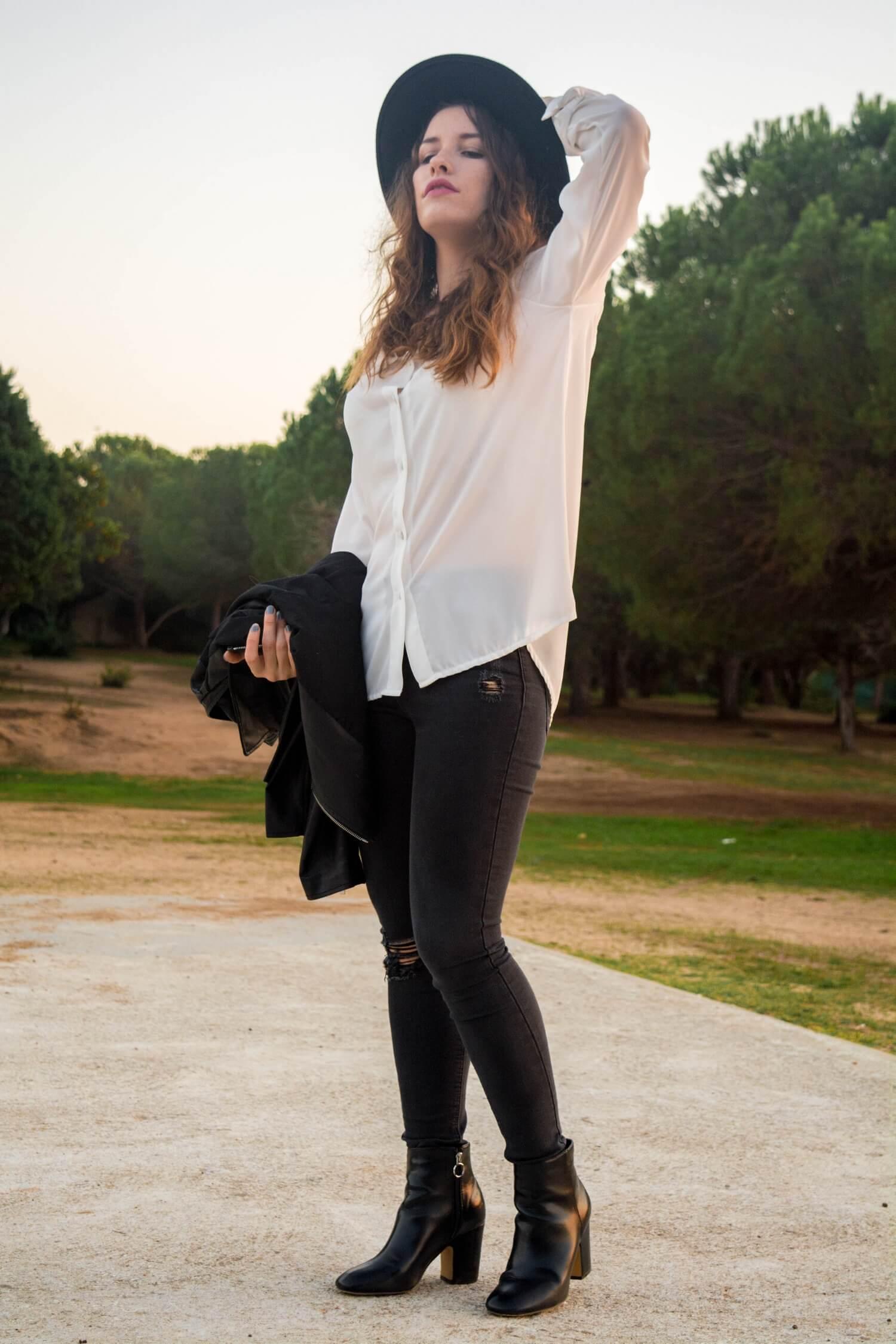Nouvelle tenue black and white avec ma chemise oversize Benoa, mon skinny troué Jennyfer, mes bottines à talons et mon chapeau pimkie | happinesscoco.com