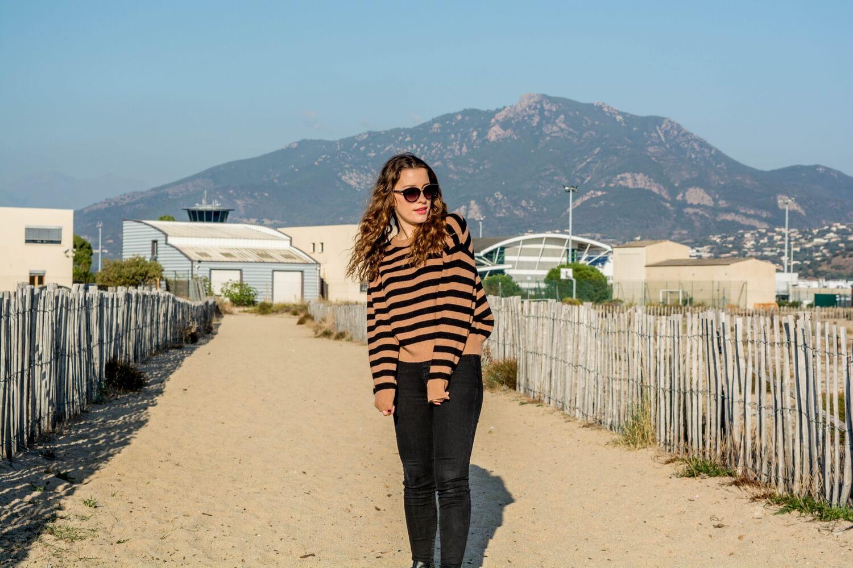 Nouvelle tenue sur happinesscoco.com avec mon pull crop-top Jennyfer, mon jean taille haute Pull and Bear, mes bottines Jennyfer (dupe des Susanna de chez Chloé) ainsi que mes nouvelles lunettes de soleil Parfois