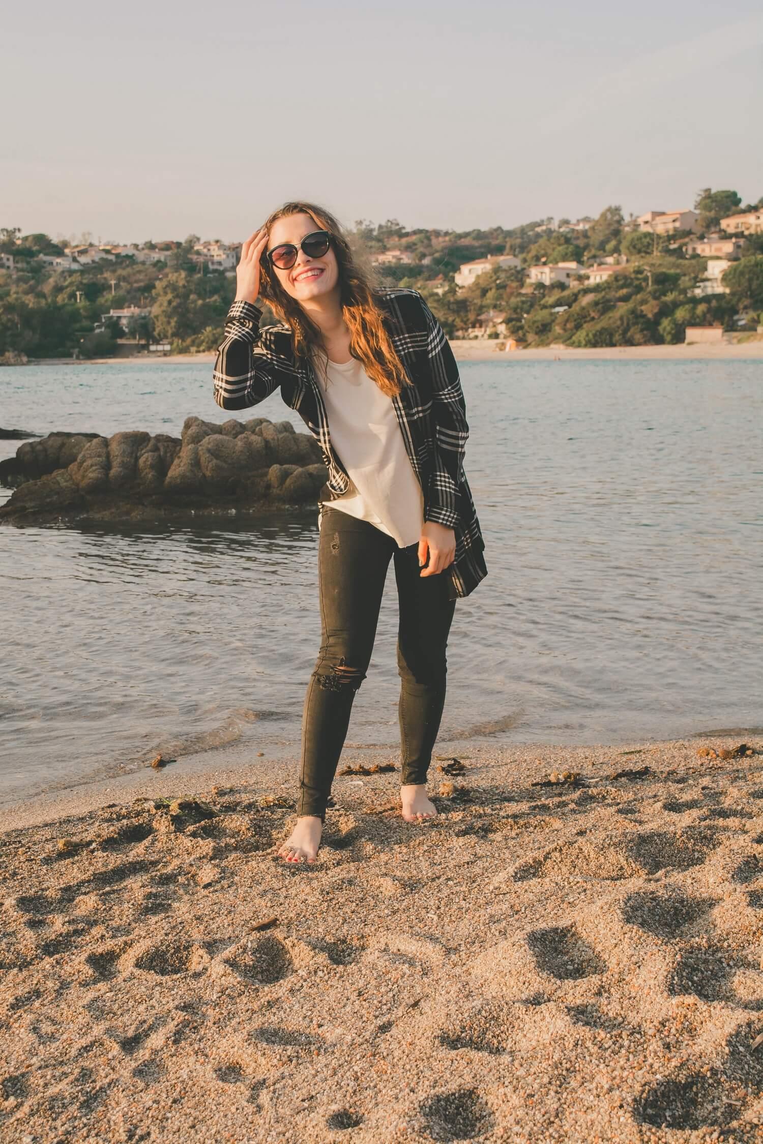 Je vous retrouve sur une plage corse pour vous proposer une nouvelle tenue très casual, parfaite pour l'automne avec ma chemise à carreaux Tally Weijl, mon skinny noir avec des trous Jennyfer, mon top blanc Parfois et mes lunettes de soleil Parfois. | happinesscoco.com