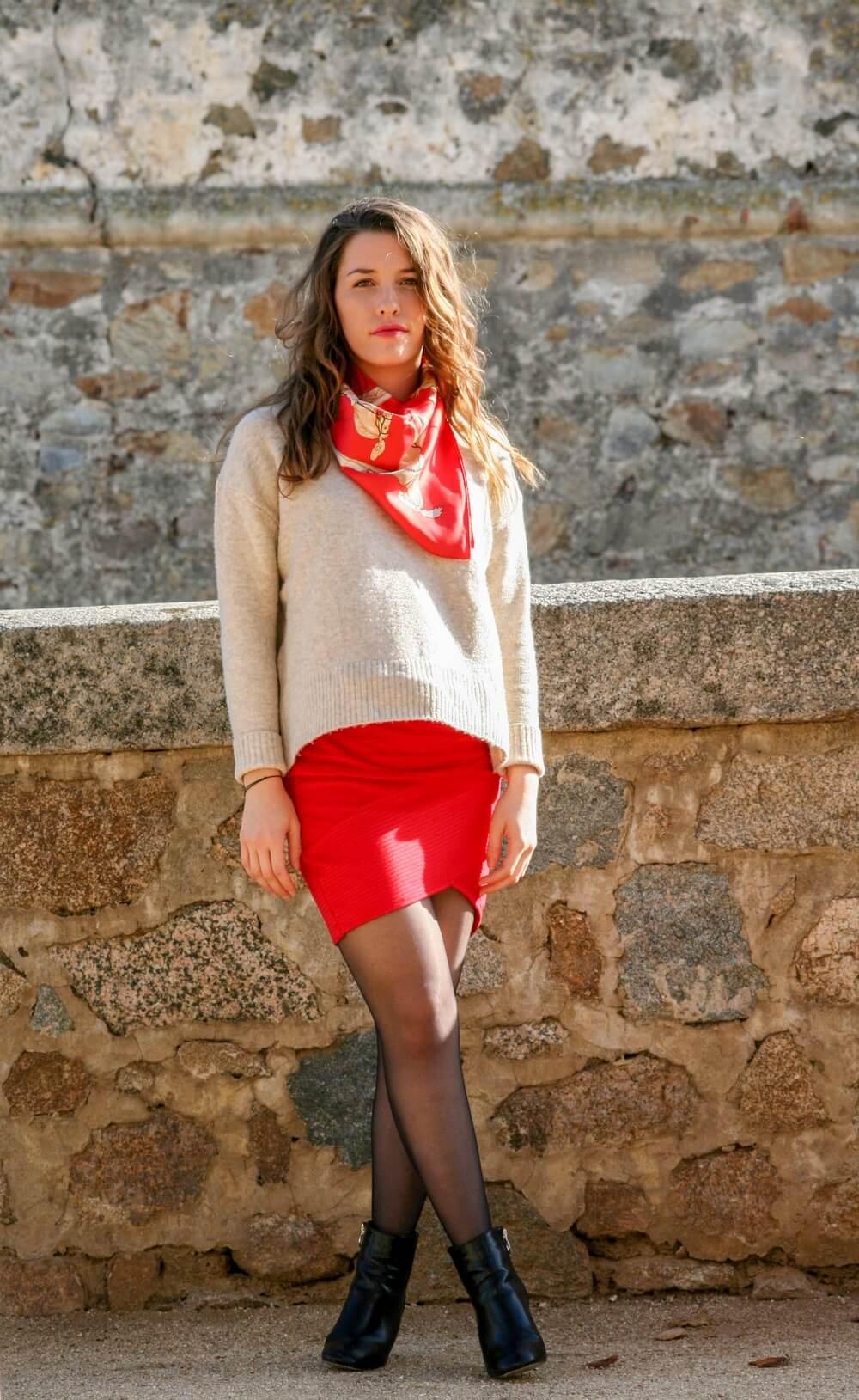 Pour cette nouvelle tenue je porte mon carré Hermes qui m'a été offert, mon pull Mango, une jupe et des bottines Pimkie | happinesscoco.com | Blog corse