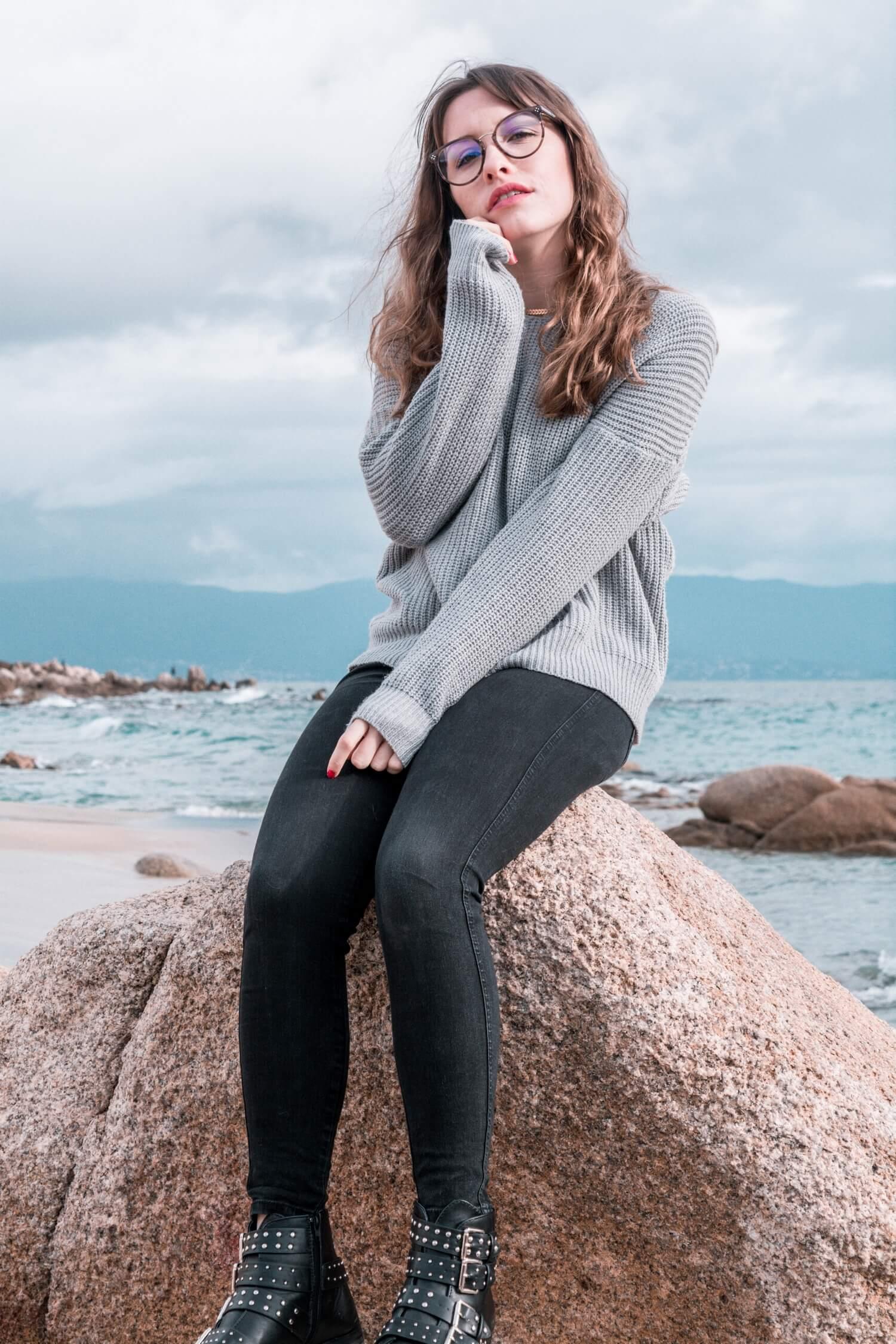 Le pull croisé, une des tendances mode de cet hiver. Voici comment je le porte... | happinesscoco.com