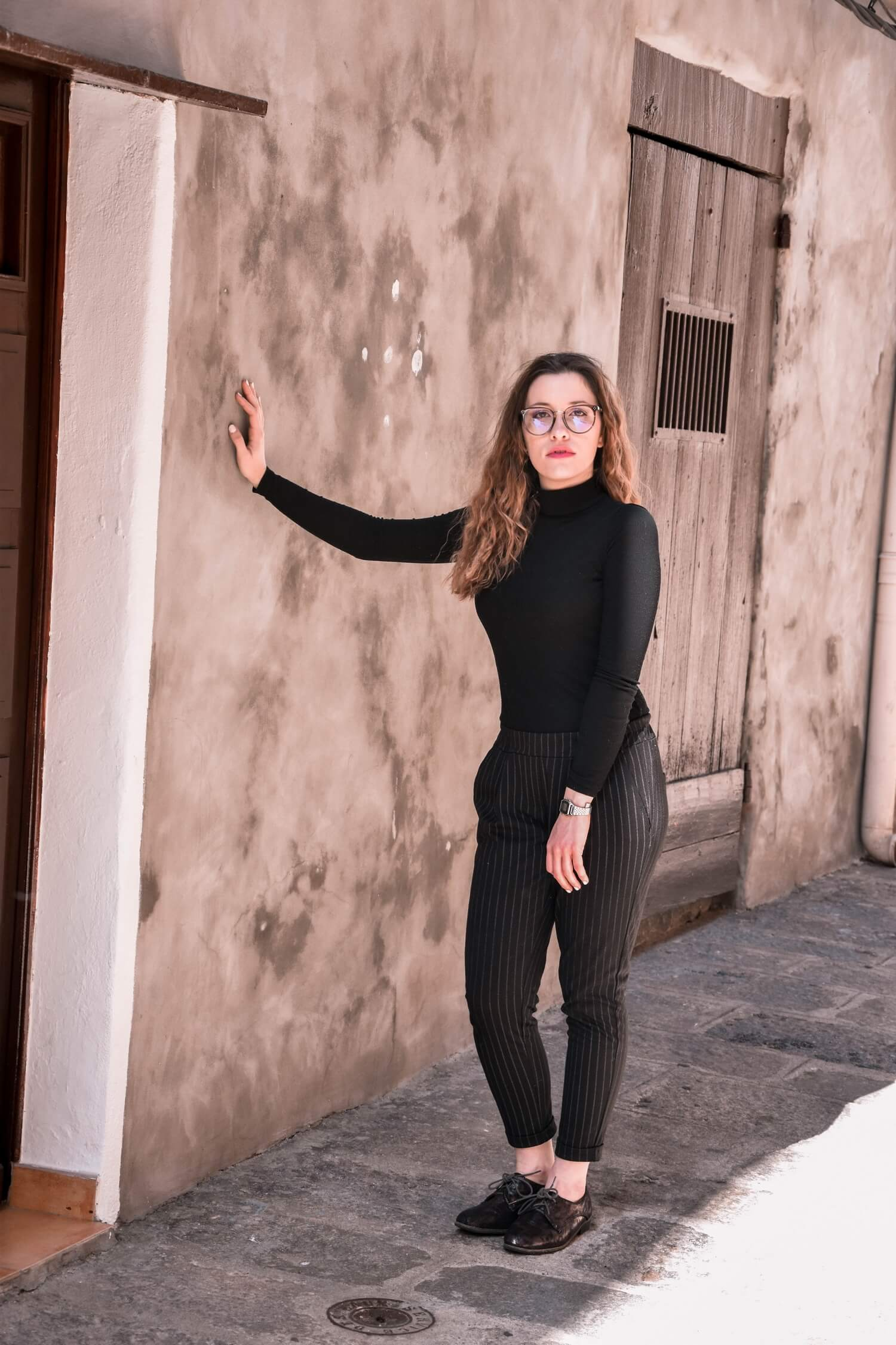 Col roulé noir, pantalon carotte avec des rayures, blazer, derbys et grosses lunettes | happinesscoco.com