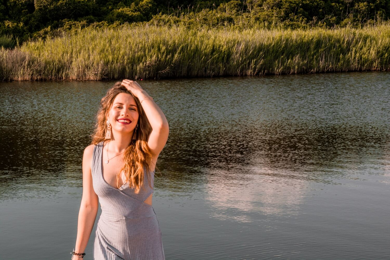 Une femme qui s'assume avec une tenue casual - Mon Histoire d'Or | happinesscoco.com