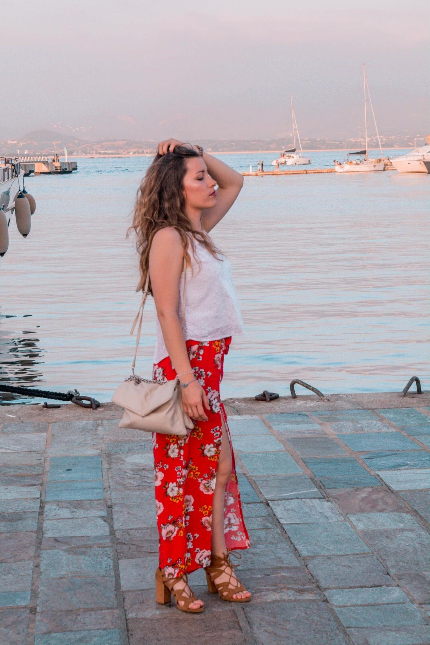 Pantalon rouge et crop top blanc sur le port d'Ajaccio