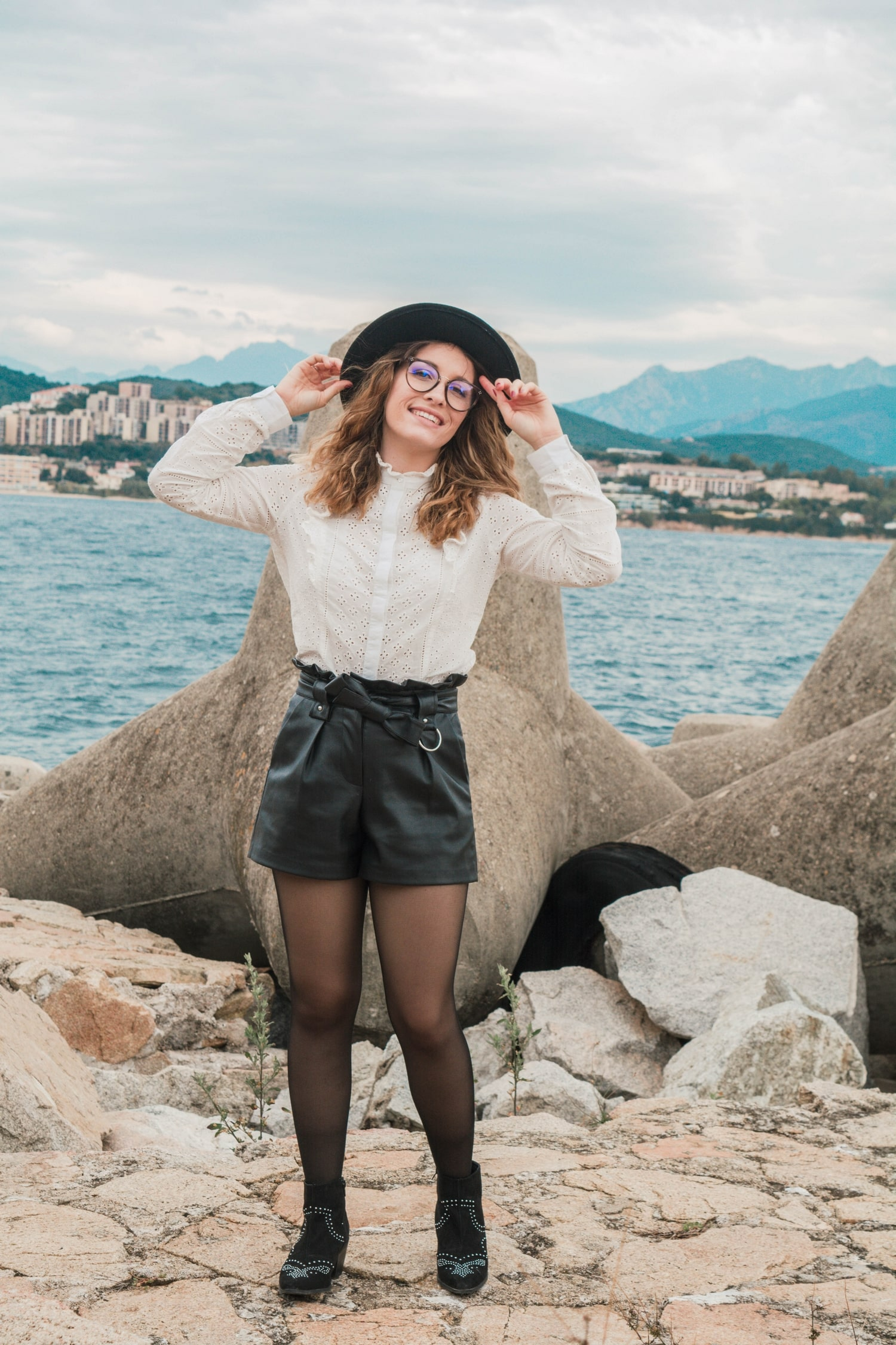 Nouvelle tenue de l'automne avec ma chemise à broderie Pimkie, mon short en simili cuir Mango, mon chapeau noir Pimkie et mes bottines New Look venant du site d'Asos | happinesscococom