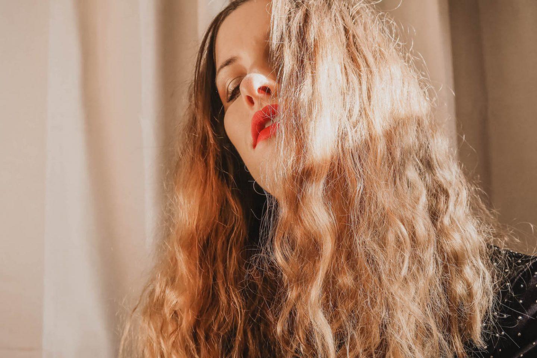 Vidéo get ready with me GRWM où je me prépare avec vous pour le nouvel an 2019. Maquillage, coiffure et tenue - happinesscoco.com