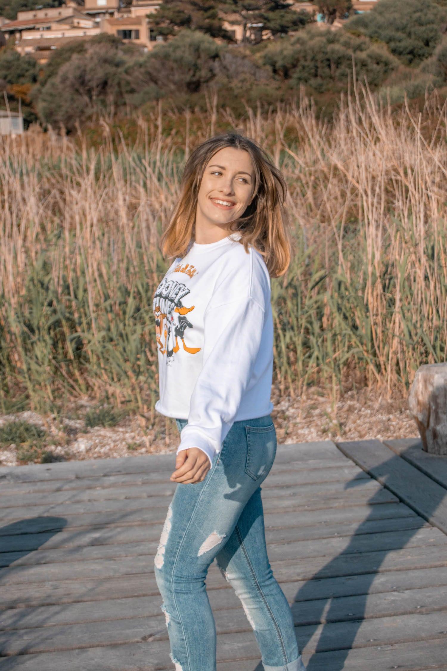 Comment porter le sweat au printemps ? Nouvelle tenue sur mon blog avec mon sweat crop-top Undiz mon jean troué taille haute H&M et mes baskets Fila blanche Disruptor II Patches - happinesscoco.com