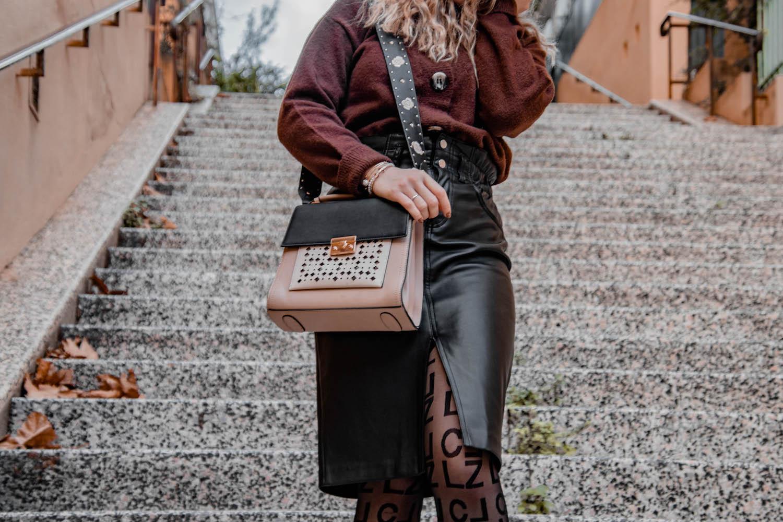 Je porte un gilet en laine Primark, une jupe en similicuir Stradivarius, des bottines NastyGal, un sac Parfois et un chapeau Amazon - HappinessCoco.com