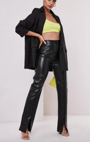 pantalon en similicuir noir avec fente sur le devant